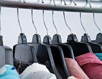 Moda odziewa na odzież stojaku, kolorowa szafa zdjęcie royalty free