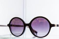 Moda okularów przeciwsłonecznych stylowy pokaz na białym tle zdjęcie royalty free