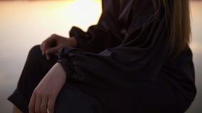 Moda, piękna seksowna dziewczyna Pozować w czerń sandałach i ubraniach Kobieta z długim blondynka włosy, siedzi na molu blisko zdjęcie wideo