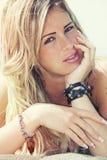Młoda piękna blond dziewczyna, nadmorski z piegami Lato Zdjęcia Royalty Free