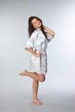 Młoda piękna brunetka w peignoir Zdjęcia Royalty Free