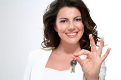 Młoda piękna kobieta pokazuje mieszkanie klucze Obrazy Stock