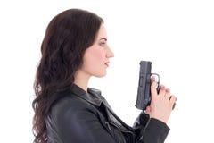 Młoda piękna kobieta w skórzanej kurtce z pistoletem odizolowywającym na whi Obrazy Royalty Free