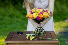 Młoda piękna kobiety kwiaciarnia dziewczyna w Zdjęcia Royalty Free