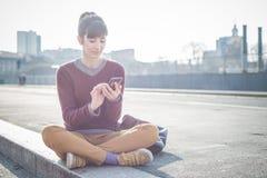 Młoda piękna modniś kobieta używa mądrze telefon Obraz Stock