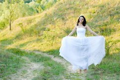 Młoda piękna panna młoda na zielonym gazonu przejściu Zdjęcia Stock