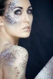Moda portret ładna młoda kobieta z kreatywnie uzupełniał jak wąż obraz royalty free