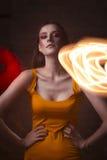 Moda portret atrakcyjny model w mieszanym świetle przy studiiem Zdjęcia Royalty Free