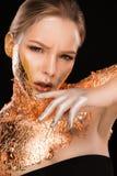 Moda portret cudowna blondynki dziewczyna z groszak folią dalej on Zdjęcia Stock