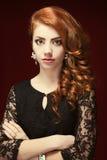 Moda portret Czerwony Z włosami model Bi?uteria i fryzura Ele Obraz Royalty Free