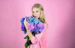 Moda portret kobieta Zdrowy włosy i skóra piękno kwiatów fractal lata obrazu Wiosny kobieta z hortensja kwiatami Makeup kosmetyki zdjęcia stock