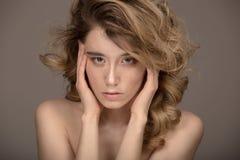moda portret kobiety Kędzierzawego włosy Piękny makijaż zdjęcie royalty free