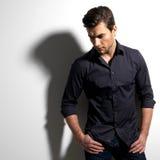 Moda portret młody człowiek w czarnej koszula zdjęcie royalty free