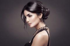 Moda portret Piękna kobieta. Ciemny tło. zdjęcia royalty free
