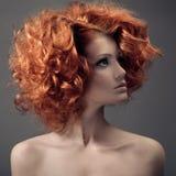 Moda portret. Piękna kobieta. Kędzierzawy włosy. Zdjęcia Stock