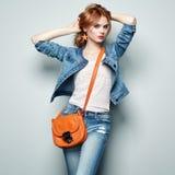 Moda portret piękna młoda kobieta z torebką fotografia stock