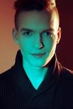 Moda portret uśmiechać się eleganckich potomstwa i przystojnego mężczyzna Zdjęcie Stock