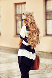 Moda portret uśmiechnięta młoda blondynki kobieta z torebki odzieżą Obraz Stock