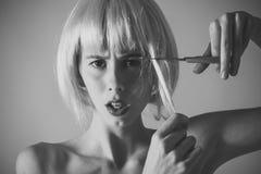Moda portret zmysłowa seksowna dziewczyna Dziewczyna rżnięty sztuczny włosy z nożycami Zdjęcia Royalty Free