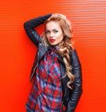 Moda portreta blondynki piękna młoda kobieta jest ubranym czarną skałę z czerwonymi wargami projektuje nad kolorowym Obraz Stock