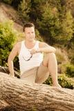 Moda portreta mężczyzna przystojny obsiadanie na drzewie Zdjęcie Stock