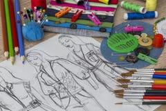 Moda projekta nakreślenie - krawcowa stół zdjęcia stock