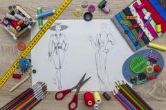 Moda projekta nakreślenie - krawcowa stół fotografia stock