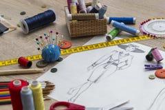 Moda projekta nakreślenie - krawcowa stół zdjęcie stock