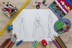 Moda projekta nakreślenie - krawcowa stół obraz stock