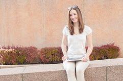 Młoda przypadkowa biznesowa kobieta używa pastylkę na przerwie Fotografia Royalty Free