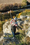 Młoda radosna kobieta pozuje w jesień stroju, naturalny outdoors sce Fotografia Stock
