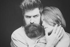 Moda strzał para po ostrzyżenia Fryzury pojęcie Kobieta na tajemniczej twarzy z brodatym mężczyzna, czarny tło zdjęcie stock