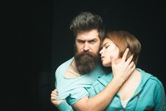 Moda strzał para po ostrzyżenia Fryzury pojęcie Mężczyzna z elegancką brodą, wąsy i dziewczyna z świeżym ostrzyżeniem fotografia royalty free