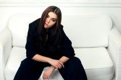 Moda stylowy portret piękna brunetki kobieta na kanapie fotografia stock
