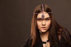 Moda stylowy portret piękna brunetki kobieta z włosianym ornam Obrazy Stock