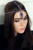 Moda stylowy portret piękna brunetki kobieta z włosianym ornam Obrazy Royalty Free