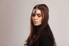Moda stylowy portret piękna brunetki kobieta z włosianym ornam Zdjęcia Royalty Free