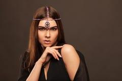 Moda stylowy portret piękna brunetki kobieta Zdjęcie Royalty Free