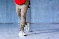 Moda stylowy tancerz na popielatym tle Obrazy Stock