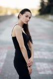 Moda stylu życia portreta młodej brunetki ładna kobieta pozuje w miasta quay lata zmierzchu wieczór pokazuje ulicznych moda pomys Zdjęcie Stock