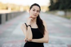 Moda stylu życia portreta młodej brunetki ładna kobieta pozuje w miasta quay lata zmierzchu wieczór pokazuje ulicznych moda pomys Zdjęcia Stock