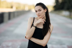 Moda stylu życia portreta młodej brunetki ładna kobieta pozuje w miasta quay lata zmierzchu wieczór pokazuje ulicznych moda pomys Obraz Stock