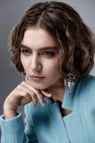 Moda stylu model w błękitnych żakieta i sztuki akcesoriach, pozuje wewnątrz Obrazy Stock
