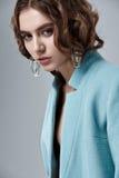 Moda stylu model w błękitnych żakieta i sztuki akcesoriach, pozuje wewnątrz Obraz Stock