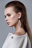 Moda stylu model w białych żakieta i sztuki akcesoriach, pozuje wewnątrz Fotografia Royalty Free