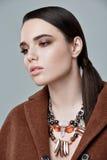 Moda stylu model w brwi sztuki i żakieta akcesoriach, pozuje wewnątrz Zdjęcia Royalty Free