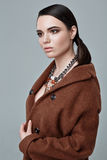 Moda stylu model w brwi sztuki i żakieta akcesoriach, pozuje wewnątrz Obraz Royalty Free