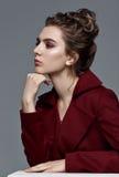 Moda stylu model w Burgundy sztuki i żakieta akcesoriach, pozuje Obrazy Stock