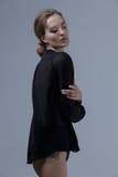 Moda stylu model w czarnej koszula pozuje w studiu Obrazy Stock