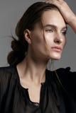 Moda stylu model w czarny koszulowym i spodnia pozuje w studi Fotografia Stock